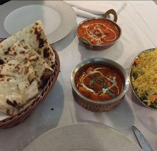 Pollo Tikka Masala, Pollo Roganjosh, arroz con verduras, y Tandori Nan.